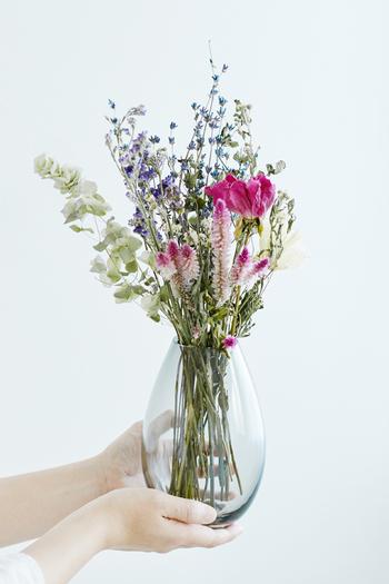 切り花が日持ちしにくいイメージの夏ですが、少し工夫をしてやれば寿命を延ばして長く楽しむことができます。さりげなく飾るだけで日々の暮らしに潤いをくれる花。ぜひ、お部屋に迎えてあげてくださいね。