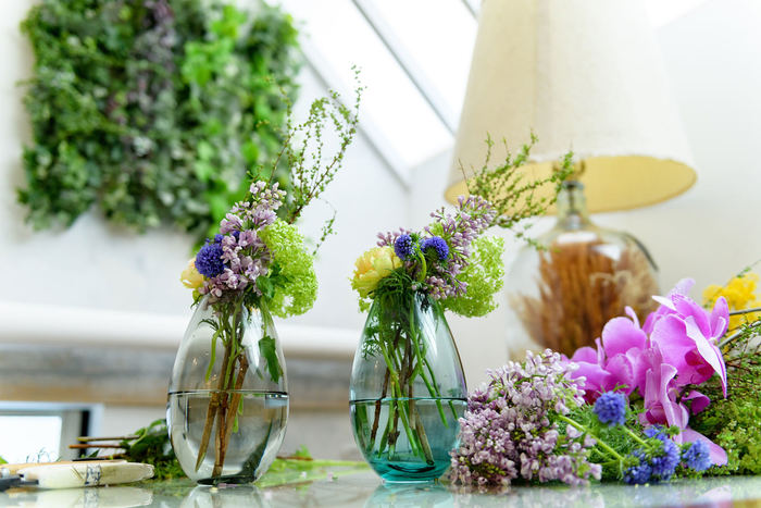 そこにあるだけで、心を和ませたり華やげてくれるお花。お花屋さんで花を買って、花を生ける行為は丁寧な暮らしの象徴。花のある暮らしをこれから始める人のために、「夏でも切り花が長持ちする方法」と「素敵な花瓶」をご紹介します。