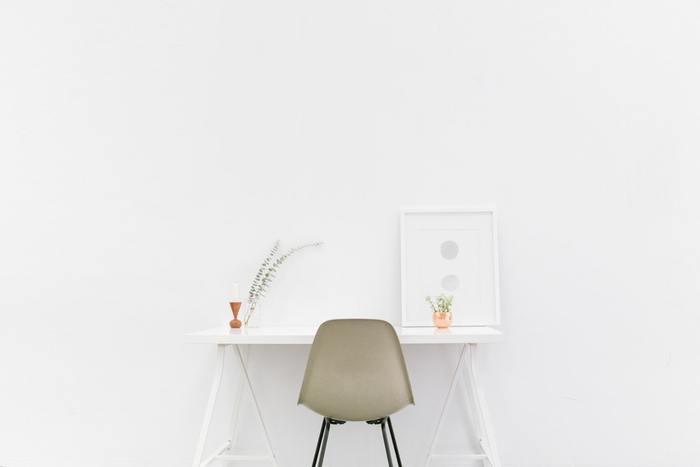 部屋を広く見せるためか、どんなインテリアとも合わせやすくするためか、部屋の壁を白くするケースが多いですよね。もしかしたら、壁は白いものという思い込みがあるのかもしれません。
