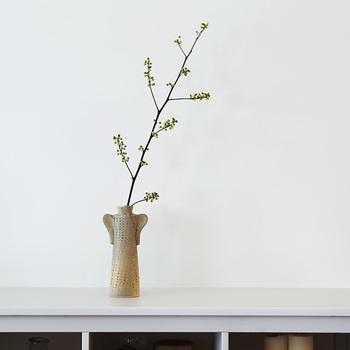 「ワードローブシリーズ」の中では一番背が高い「コート」。花だけでなく枝ものを飾ってもバランスがいいですね。ドライフラワーのアジサイを飾るのもおすすめ。 素朴な色合いで、シンプルなインテリアとの相性が特にいい作品です。
