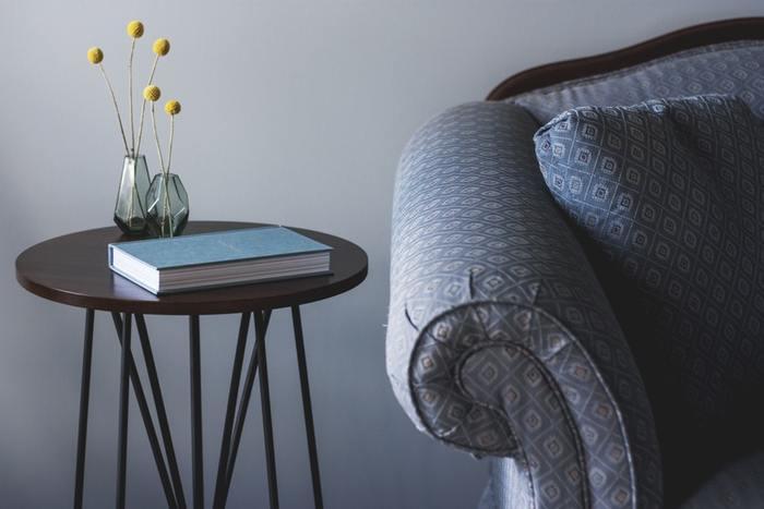 手持ちの家具がブルー系なら落ち着いたグレーの壁も素敵です。大人っぽく上品な空間に感じられます。色味のある花がよく映えますね。