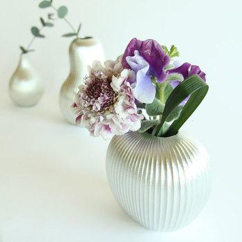 さらに、錫の花瓶を選べば、錫の抗菌作用で花が長持ちします。画像は「能作」の錫100%のフラワーベース。錫の輝きとのコントラストで、花がより一層美しく見える効果も。