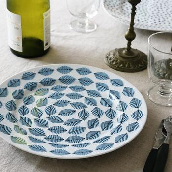 控えめなブルーの色味は、ヴィンテージ感あるテーブルコーディネートにお似合いです。