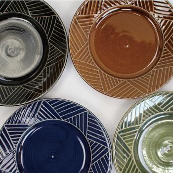 沖縄の土と伝統的な釉薬や技法でつくられた器は、食卓にゆったりとした時間を運んでくれそうです。