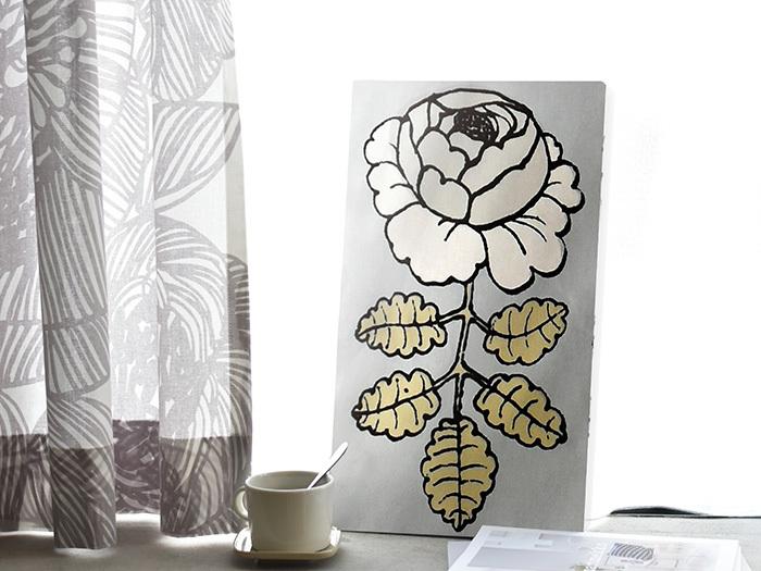 マリメッコを代表するデザイナー、Maija Isola(マイヤ・イソラ)が手がける「MAALAISRUUSU(マーライスルース)」シリーズ。インパクトのあるイラストながら、ブルーグレーをベースにすることで上品な印象にまとまっています。お花を飾るように窓際に置いて、お部屋のワンポイントに。