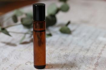 ロールオンアロマは、ロールオンボトルに入ったアロマ香水。  オイルベースなので、ハンドクリーム代わりに使ったり、ネイルオイルとして使ったりすると密かに香りを楽しむことができます。しっとりと潤うので、乾燥する季節には常備したいですね。  市販のものを使用してもよいですし、好みの香りで手作りするのもおすすめです
