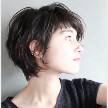 """毛先をゆる巻いて動きをつけて。部分的に短くした前髪が、""""抜け感""""を作り出し、大人可愛い印象に。ショートでもしっかり女性らしさを出したい方におすすめ。"""