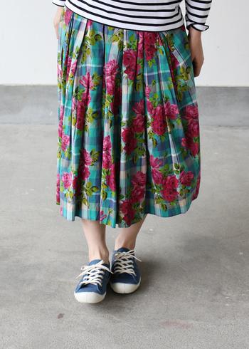 ボーダーのトップスにお花のプリントが入ったチェックのスカート。柄×柄の組み合わせでも、ネイビーのシンプルスニーカーで足元をスッキリとさせれば、不思議とコーデがまとまります。