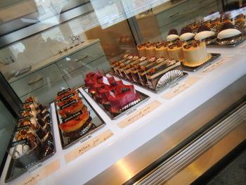 宝石箱のようなショーケースの中には、季節によっても変化する10~12種類のケーキが並べられています。扱う数が少なくケーキが無くなり次第お店を閉じてしまうため、18~19時頃に閉店する場合もあります。