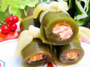 昆布巻きの昆布は「喜ぶ」、巻は「結び」を意味しています。おせち料理には欠かせない一品!こちらは、 サーモンのお刺身を使用した簡単美味しいレシピ。じっくり煮込んだ、旨みたっぷりの昆布巻きは絶品!