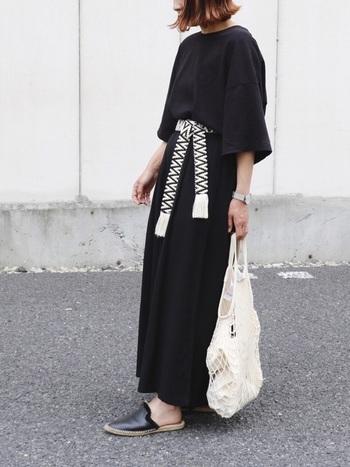 今年話題の「スリッパサンダル」。おしゃれさんはすでに春から履いています。ヒールのないミュールのようなデザインが特徴です。