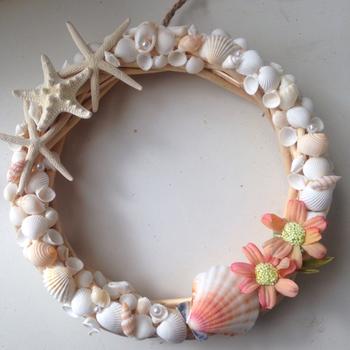 貝殻をつなぎ合わせたかんたんリース。華やかな雰囲気です。