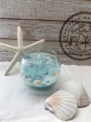キャンドルジェルの中に貝殻が入ったもの。透明感なジェルが海の中を思わせます。