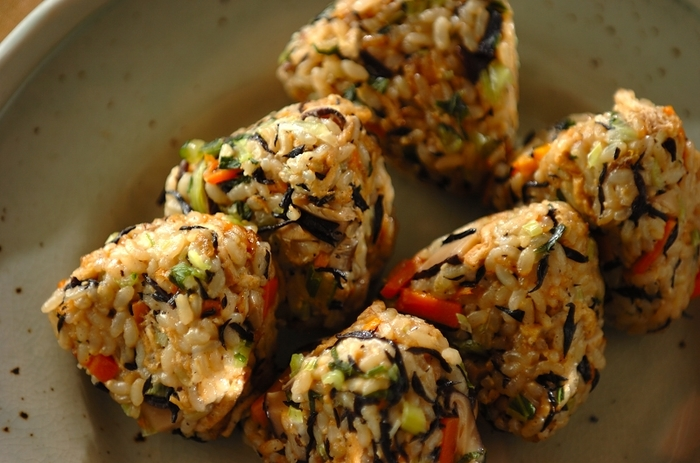玄米を、干し椎茸やヒジキなどとともに炊き込みご飯にし、おにぎりに。ぷちぷち、もっちり、うまみもたっぷり。大満足のメニューです。野沢菜が、色も食感もいいアクセント。炊飯器使用で、とても簡単です。