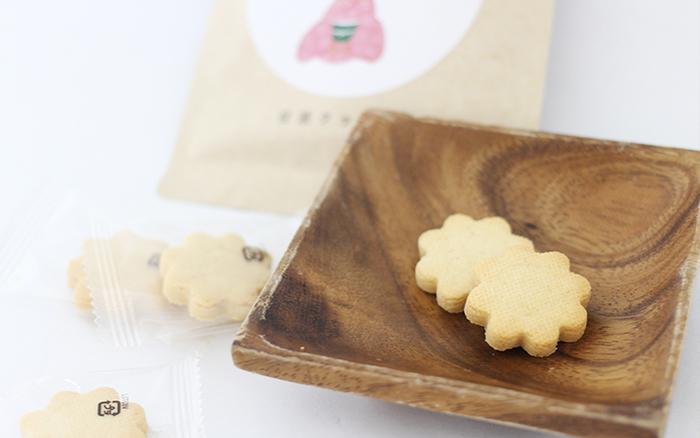 米糀の甘酒を使って、ほんのり甘いクッキーに仕上がっています。お花の形が可愛らしいクッキーです。ほのかな香りとお米の優しさが味わえそう。