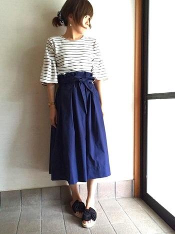今年はひざ~マキシ丈の「長めスカート」がトレンドのひとつ。長めでしかも身体のラインが出にくいふんわりスカートなら、普段スカートをはき慣れない人でも気軽にチャレンジできそうです。