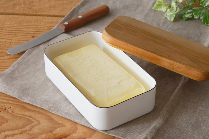 ホーローと桜の木のフタのバターケース。200gのバターがちょうど収まるサイズです。白と木のコントラストが素敵。角の丸みが可愛らしく、ほっこり感のあるところも魅力です。