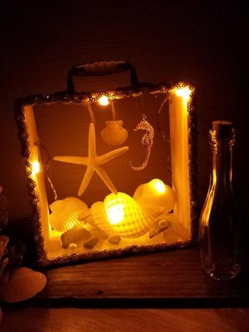 貝殻とライトをあしらったボックスアート。これは素敵ですね。真似したいです!