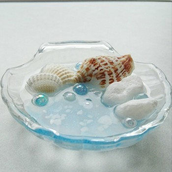 貝殻モチーフの器に貝殻を乗せても可愛いですね。
