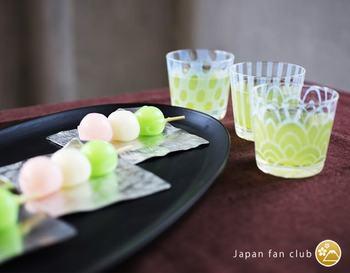 ふんわりとした乳白色の絵柄が涼しげな「大正浪漫硝子」の蕎麦ちょこ。緑茶などのドリンクを注ぐとデザインが引き立って上品な印象に。