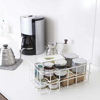 こちらは上記のバリエーションのキッチンバスケット Sサイズ ホワイト。スタイリッシュでモダンなブラックもキッチンを引き締めてくれますが、清潔感のあるホワイトは、どんなインテリアにもしっくり馴染んでくれうえに、こちらもスタッキングで使用できるので、いくつかまとめて揃えるのも良さそう。