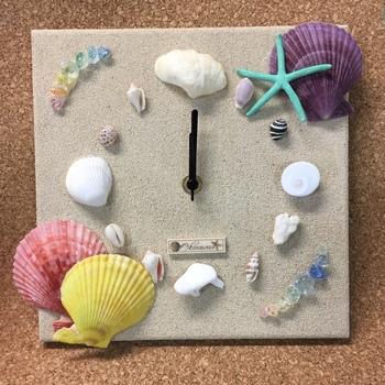 時計に貝殻やサンゴを貼り付けて。円を描くように貼り付けるのもいいですし、右上や右下など角に貼り付けても可愛いですよ。
