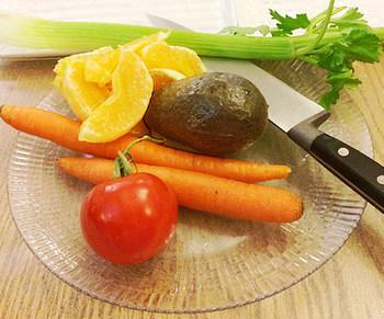 野菜ってよく見ると不思議な形をしているものもありますね…。まな板の上に乗せてどう切ろうか迷う時もあるのではないでしょうか。いろいろな切り方を知っておけば、迷わず切ることができますよ。よく使う野菜の切り方から少しずつ覚えていきましょう!