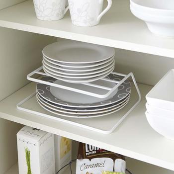 こちらは整理しにくいキッチンの戸棚の中の大きさの違うお皿などを効率的にまとめてくれるありがたいアイテム。さらに、裏返して脚部を棚板に引っ掛ければ、コースターや布巾などの収納も可能に。これならデッドスペースも有効活用できますね。