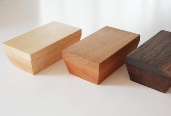 高級家具などに使われる質のよい木をくり抜いて作ったバターケース。つなぎ目もなく、すっきりと美しい。木目も素敵だし、何といっても温もりが伝わってくるところがいいですね。
