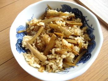 こちらは、炊き上がった発芽玄米にシンプルな味つけで煮たごぼうを合わせる、香り高い混ぜご飯。白米とは違う玄米の味わい深さが、ごぼうのコクとうまみにマッチします。
