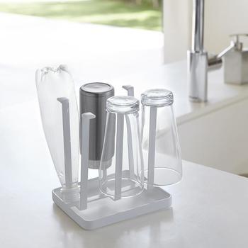 毎日、何度も使用するグラスやマグカップの水切りや収納に便利なグラススタンド。取り外し可能な水受けトレイが付いているので、シンクの上に直接置けるだけでなく、滑り止めキャップも付いているので、グラスを傷めずに干すことができます。