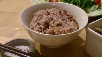 玄米にあずきと塩を加え、圧力鍋などで炊いて、炊飯器で3日以上保温する「寝かせ玄米」。もちもちでお赤飯のような美味しさです。体にいい成分も増えるといわれています。