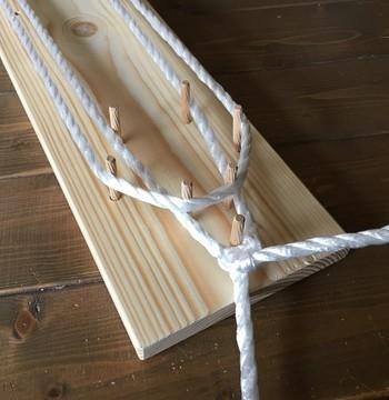 まずは編み台に、ぞうりの形の基本となるロープを巻いていきます。