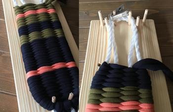 裂いた生地や布を丁寧に編み込んでいきます。鼻緒を付ければ完成♪こちらのセットは数種類のサイズの型紙が入っているので、子ども用から大人用まで作ることができます。