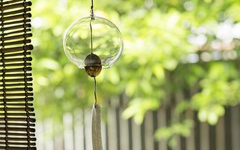 型を使わない宙吹き技法で作られた江戸風鈴。やわらかなフォルムと透きとおったガラスは、窓辺に吊るしておくだけで涼を感じさせてくれそう。