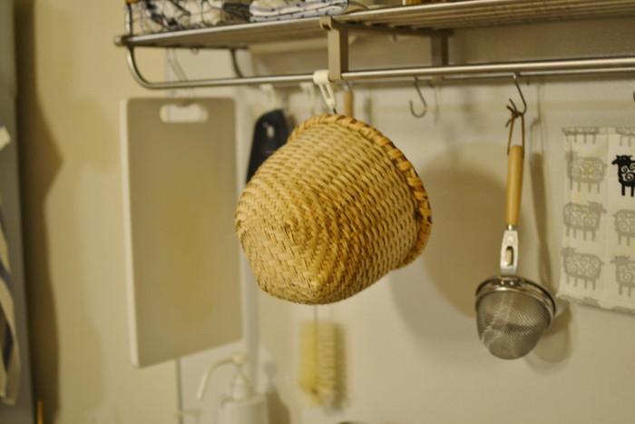 うつ伏せに乾かすと、縁の部分がなかなか乾かないので注意してください。水が切れたら、風通しのよい場所に掛けて影干をするとよいでしょう。長く使用するには、よく乾燥することがとても大切だそうです。