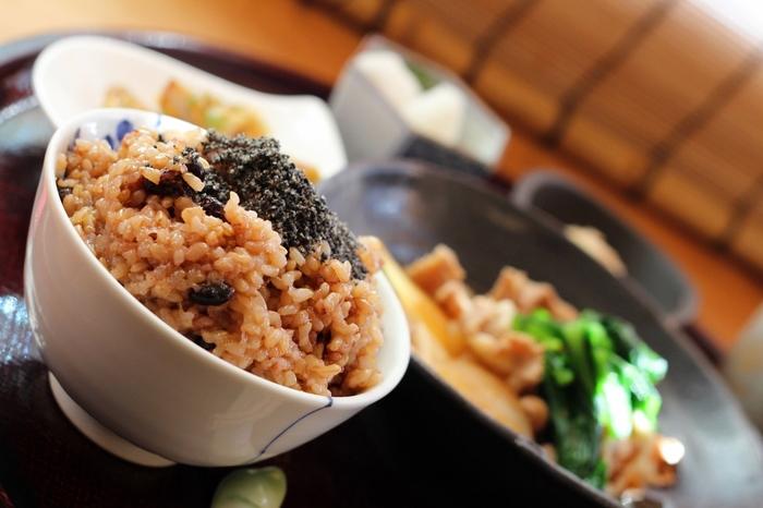 玄米は、籾米(もみごめ)から籾殻(もみがら)だけを除いたもの。精白していないので、そのぶん栄養もぎっしり!ビタミンやミネラル、食物繊維などが豊富です。ぜひ食生活に取り入れたい、優良なヘルシー食材ですね。