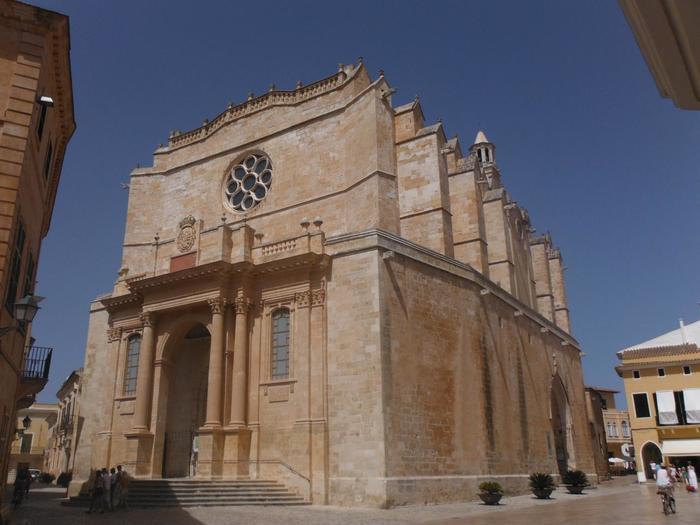 14世紀に建築されたカタルーニャ・ゴシック様式のメノルカ大聖堂。