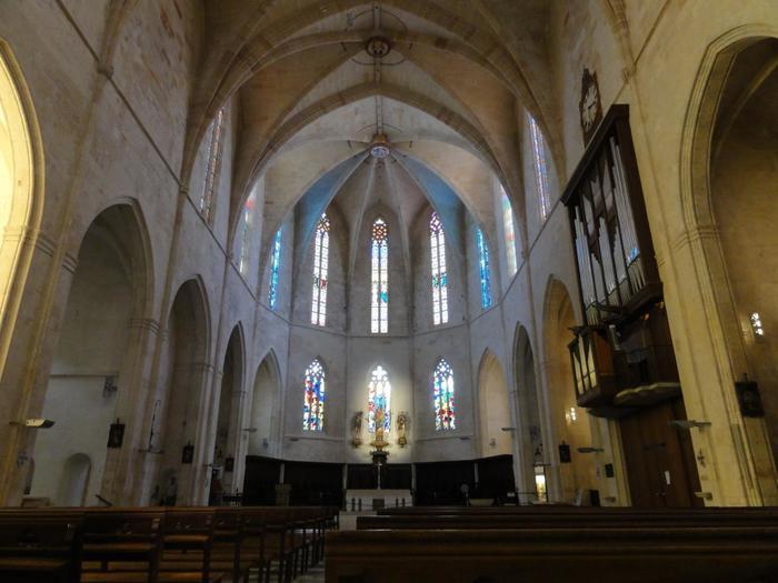 聖堂内はシンプルながら、ステンドグラスがとても綺麗です。