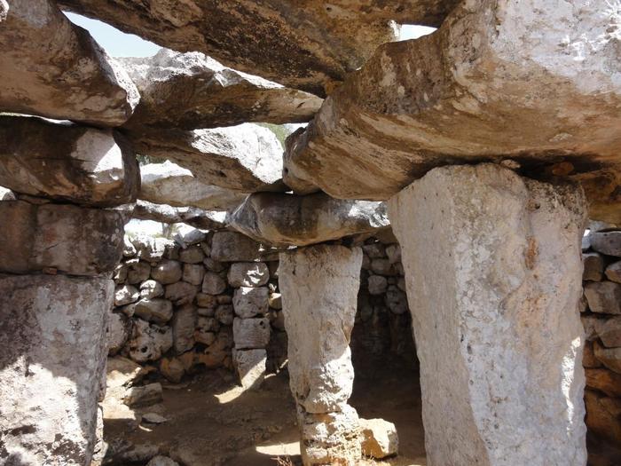 ちょっと押せば崩れてしまいそうな遺跡内部。大小さまざまな石が組み合わされて作られています。