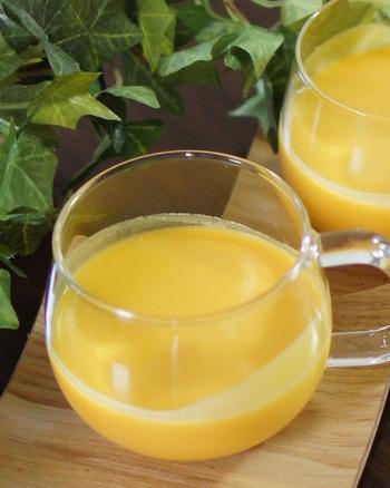 『バターナッツの冷製ポタージュスープ』 かぼちゃの仲間・バターナッツを使った、冷たいポタージュ。ストウブ鍋にたまねぎとバター、バターナッツ、そしてコンソメを入れてぐつぐつ煮込んで作ります。お鍋ごと冷やせばさらに旨みが!