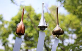 鋳物ブランド「能作」の真鍮(しんちゅう)製の風鈴。おしゃれなデザインと、真鍮ならではの澄み切った音色が特徴的です。