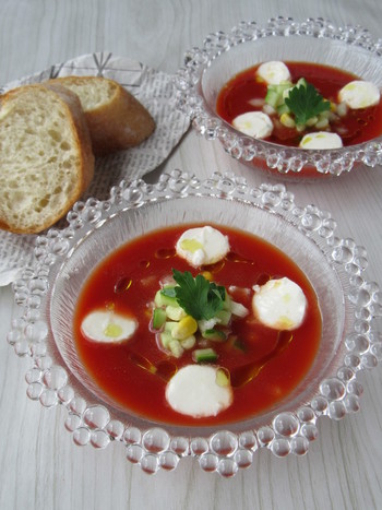 『冷製ミネストローネ』 イタリアで長く親しまれてきた家庭料理・ミネストローネ。こちらのレシピは材料を切って、味付けをしたトマトジュースに混ぜるだけのとっても簡単レシピです♪