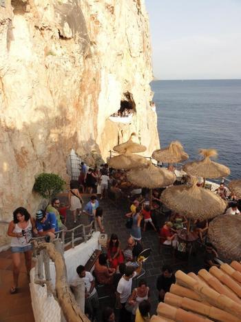 海を目の前にした洞窟Bar「コバ デン ショロイ」。 ここで酔っ払ったらちょっと危険かも・・・。