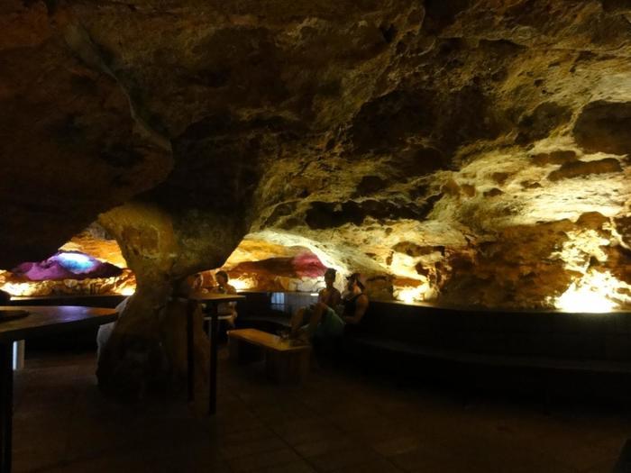洞窟の中はこんな感じ。夜にはダンスホールになるそうです。