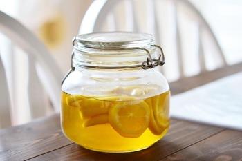 レモンとはちみつと酢だけでできる、はちみつレモン酢。そのまま使っても醤油などと混ぜても、さっぱり甘くて香りの良い調味料に。