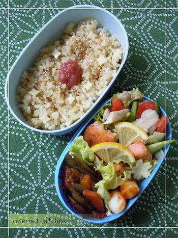 噛めば噛むほど味わい深い玄米は、その美味しさをストレートに味わうために、ごまや梅干などシンプルな食材を添えるのが基本スタイルですね。玄米は、和食・洋食どちらのお惣菜にもよく合いますので、好きなおかずを彩りよく合わせましょう。