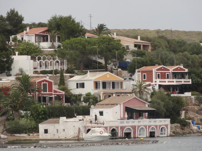 海沿いにはカラフルな家も立ち並んでいます。