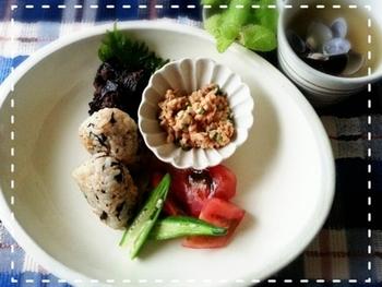 玄米の炊き込みご飯のおにぎりをメインにしたマクロビオティック和朝食。ワンプレートにするとカフェ風になりますね。食べ応えのある玄米は、おなかにたまりますので、あとは軽いおかずを添えるだけでも十分です。
