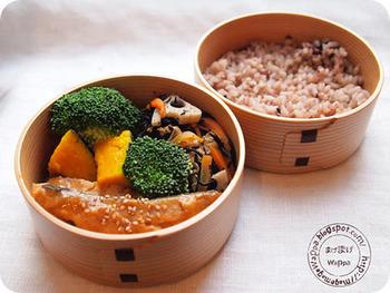 玄米は、曲げわっぱなど風情ある木のお弁当箱にもとても似合いますね。ぬくもりがあって、懐かしいのに新しい!竹の皮や経木、笹の葉などさまざまな和のアイテムを玄米と組み合わせてみるのも素敵です♪